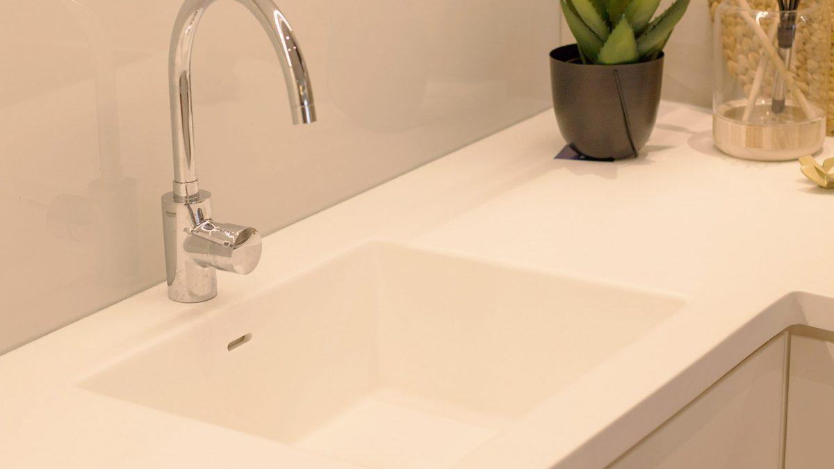 Kako <b>očistiti</b> sudoperu i radnu ploču od <b>Kerrocka</b>
