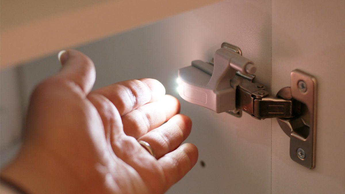 <b>Svetleće šarke:</b> Kako lako i povoljno <b>osvetliti unutrašnjost ormana</b>