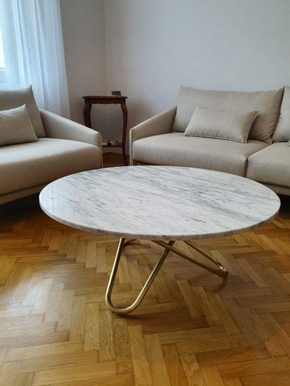Kružni klub sto sa metalnim zlatnim nogicama. Foto: Mermeta